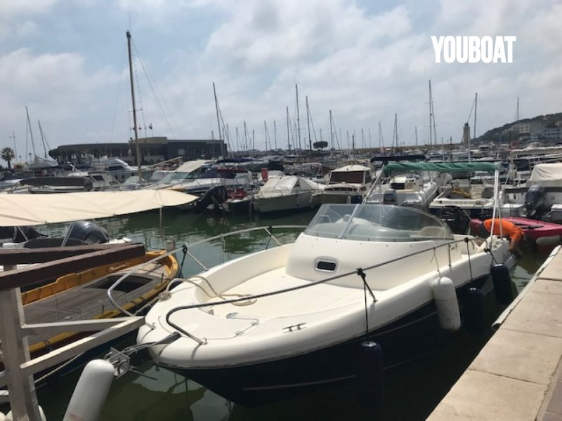 PLACE AU PORT DE ST LAURENT DU VAR -  - 9.000 €